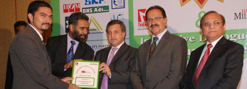 Asif Iqbal taking Award from Amin Fahim